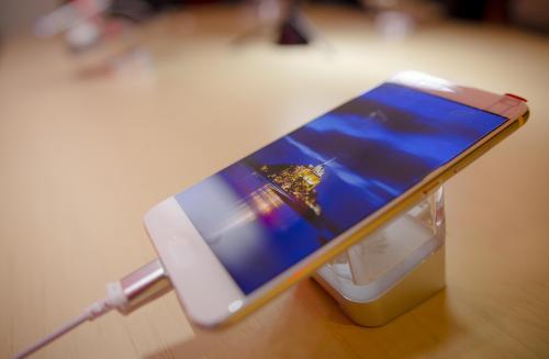 El diseño minimalista del Huawei P10 es ultra delgado y curveado disponible en varios colores. (Foto: George Rojas/Soy502)
