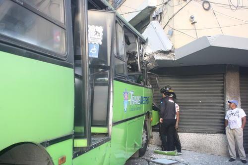 El Transmetro que cubría la ruta del Centro Histórico fue impactado por un bus rojo que no respetó el semáforo. (Foto: Bomberos Voluntarios)