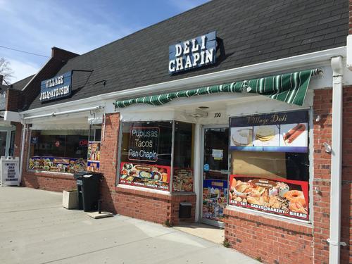 """""""Deli Chapín"""" una de las tiendas ubicadas en Riverhead. (Foto: Will James/ WSHU)"""