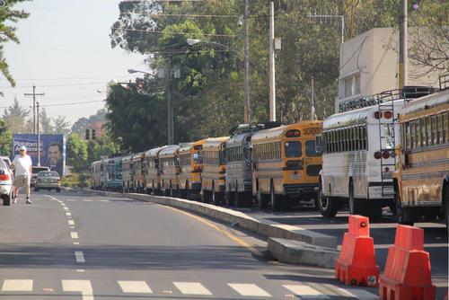 Largas filas de buses se observaron en los alrededores de la USAC, de los cuales descendieron estudiante del interior (Foto: Alexis Batres/Soy502)
