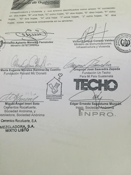 Todos los firmantes que participaron en el convenio.