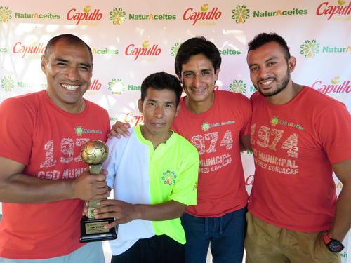 Juan Carlos Plata, Renato Sequén y Jaime Vides posan junto a uno de los felices ganadores del equipo de la comunidad Santiaguito. (Foto: NaturAceites)
