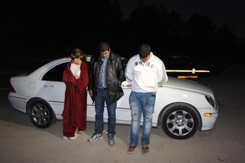 Una pareja de colombianos y un guatemalteco (al centro) fueron detenidos por transportar US$ 41 mil 600. Foto: PNC/Soy502