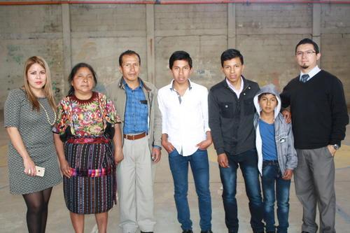 Mario y Carlos Daniel, junto a sus padres Diego y Juana, y su hermano menor Alex. (Foto: Alfonso Guárquez/ Nuestro Diario)