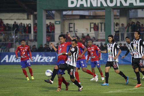 Edgar Chinchilla, quien anotó el 3-0 para los Chivos, disputa un balón con Wilfred Velásquez de Heredia. (Foto: Noé Álvarez/Nuestro Diario).
