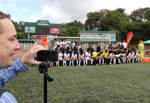 Periodistas y algunos aficionados tomaron la foto oficial de Comunicaciones, para el torneo Clausura 2014. (Luis Barrios/Soy502)