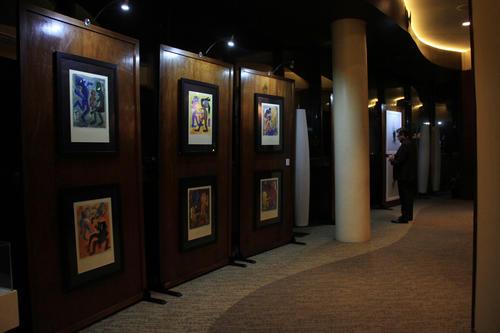 La galería de arte presentada por la Fundación Rozas Botrán, incluía las obras del artista visual guatemalteco, Valenz. (Foto: Pamela Oliva/Soy502)