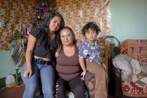 Jocelyn, su madre Ana Beatriz y su hermanito Leonel recordaron con mucho orgullo a Jorge, quien vive en Estados Unidos. (Foto: George Rojas/Soy502)