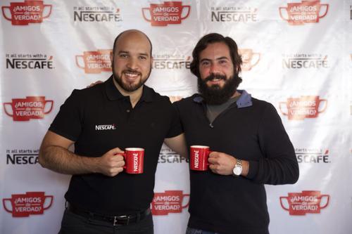"""José Andrés Castillo, CDS Manager Café y Bebidas, junto a Rogelio, joven que se apuntó al reto de Nescafé: tomarse un cafecito con sus """"amigos"""" de Facebook. (Foto: Magui Medina/Soy502)"""