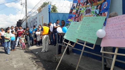 Afuera del establecimiento donde se inauguró el ciclo escolar varios pobladores manifestaron. (Foto: Hugo Barrios/Nuestro Diario)