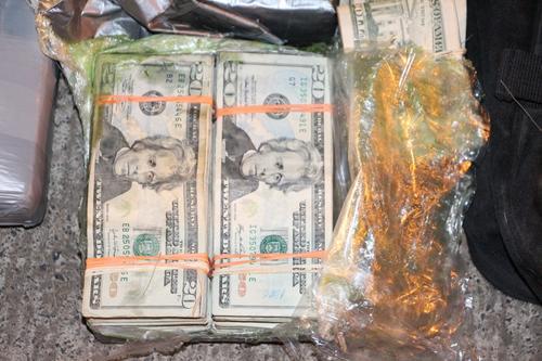 Billetes de 20 dólares iban en un maletín que transportaban los individuos.  (Foto: PNC)