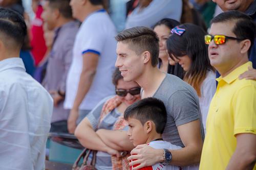 Elías Enoc Vásquez fue uno de los asistentes que llegaron a apoyar a los equipos competidores de las finales de la Super Liga Claro. (Foto: George Rojas /Soy502)