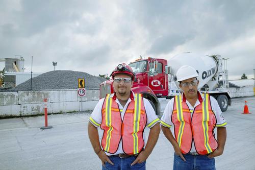 Franklin Franco y Carlos García, pilotos mezcladores, recorren la ciudad llevando concreto premezclado a las construcciones. (Foto: George Rojas/Soy502)