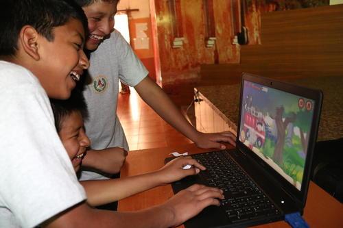 Estudiantes de la Escuela de Aplicación Dr. Carlos Martínez Durán fueron los primeros en utilizar ésta aplicación. (Foto: Ministerio de Ambiente y Recursos Naturales)