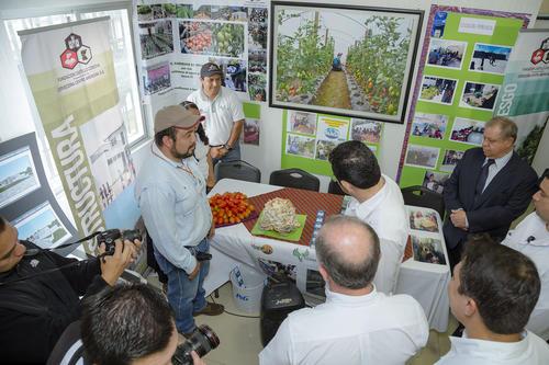 El presidente Jimmy Morales hizo un recorrido por el Centro de Salud y Nutrición Tzununá para conocer la obra realizada. (Foto: George Rojas /Soy502)