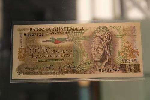 La reproducción más fiel del busto de Tecún Umán está en los billetes de 50 centavos emitidos en 1975.  (Foto: Alexis Batres/Soy502)