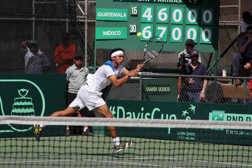 Christopher Díaz en plena acción del juego de dobles frente a la dupla mexicana en la Copa Davis 2014. (Luis Barrios/Soy502)