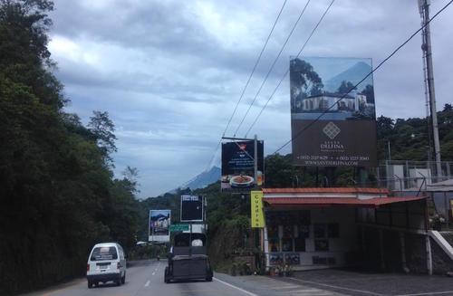 De acuerdo con la información, las vallas ponen en peligro a las personas que transitan sobre esa ruta, así como la generación de contaminación visual. (Foto: Fredy Hernández/Soy502)