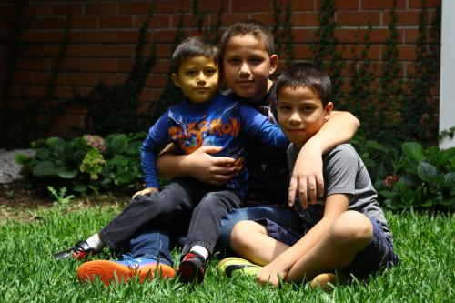 Los hermanos de Adrián dicen que sufren mucho al ver a su hermano menor sufrir todos los días. (Foto: Alexis Bátres/Soy502)