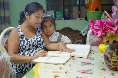 Madeleine es maestra, madre de Dana, una niña de 7 años; y espera su segunda hija. Ellas son su principal motivación para salir adelante. (Foto: George Rojas/Soy502)