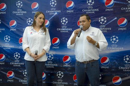 María Liz Cofiño, gerente de marca de Pepsi, junto a José Iraheta, gerente de mercadeo de CBC Guatemala, presentando a los felices ganadores. (Foto: George Rojas/ Soy502)