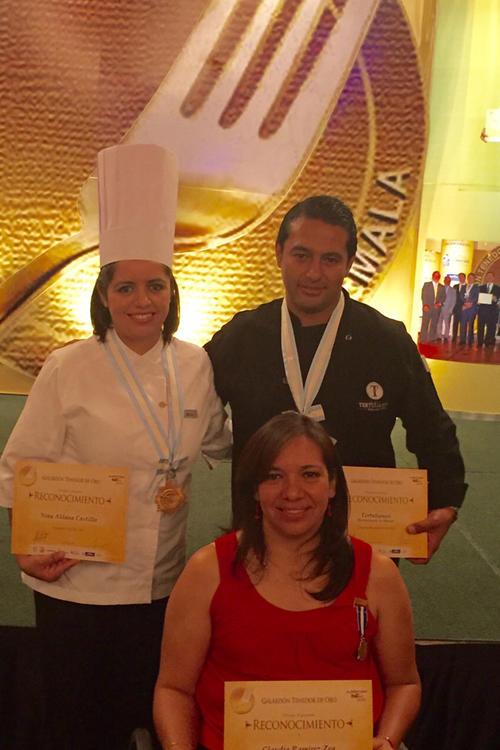 """Nina Aldana, Chef del Año (Izquierda), el representante del restaurante Tertulianos (derecha), y Claudia Ramírez Zea, al centro, reconocida como la """"Estrella Gastronómica"""". (Foto: Feria Alimentaria)"""