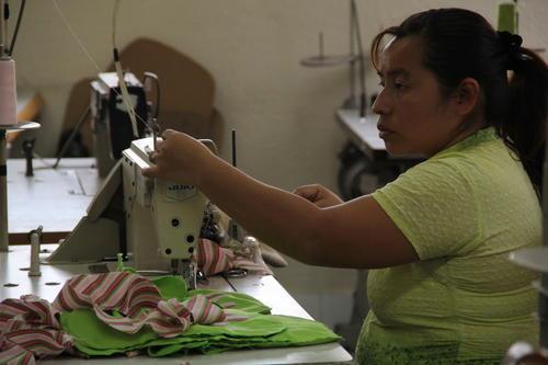 En UPAVIM laboran 51 mujeres que realizan artesanías (Foto: Alexis Batres/Soy502)