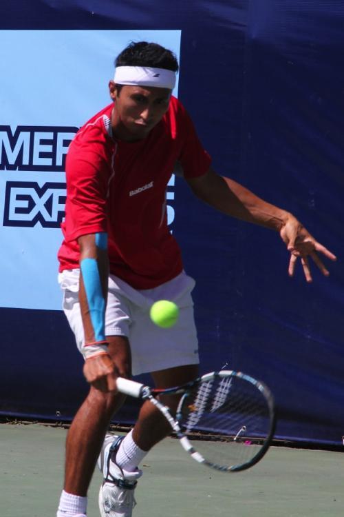 Christopher Díaz devuelve el servicio al español Enrique López, en la final que disputaron ambos tenistas en el Gatorade Open. (Luis Barrios/Soy502)