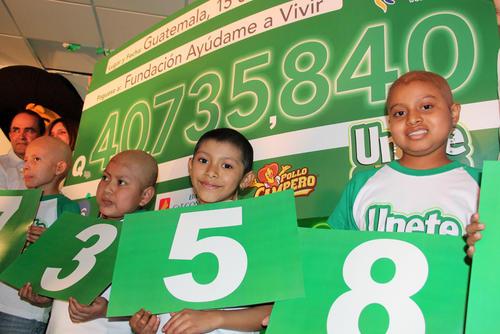 Los niños que padecen de cáncer mostraron los números en la entrega del donativo final de la Campaña Ayúdame a Vivir. (Luis Barrios/Soy502)