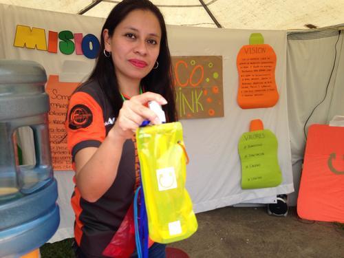 Portador de agua reciclable. (Foto: Fredy Hernández/Soy502)