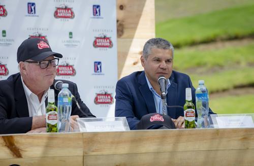 Perry Dye, arquitecto y codiseñador del Campo Fuego Maya de La Reunión (izquierda), junto a Gregory Villatoro, jefe de prensa del PGA Tour Latinoamérica. (Foto: George Rojas/Soy502)