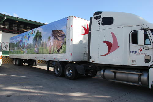 El material fue enviado a bordo de furgones. (Foto: Mineduc)