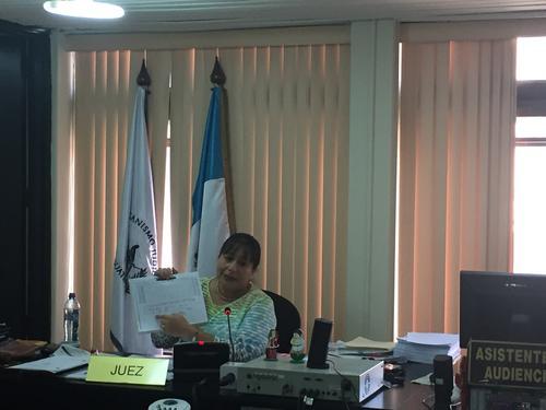 La jueza Silvia Violeta de León mostró y leyó parte de las anotaciones de los documentos decomisados a Gustavo Alejos y que ahora forman parte de la evidencia en contra del empresario. (Foto: Evelyn de León/Soy502)