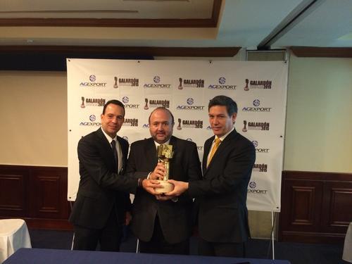 De izquierda  a derecha, Gabriel Biguria, Antonio Malouf y Fernando Herrera sostienen el galardón. (Foto: Roberto Caubilla/Soy502)