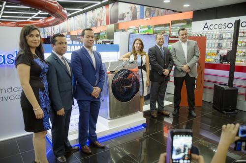 Representantes de Samsung Electronics y Tiendas Max realizaron la presentación oficial de la nueva lavadora. (Foto: Magui Medina/Soy502)