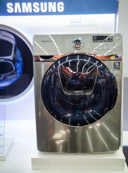 La nueva lavadora AddWash permite añadir piezas de ropa a través de su puerta adicional frontal, sin afectar el ciclo del lavado y en cualquier momento del mismo. (Foto: Magui Medina/Soy502)
