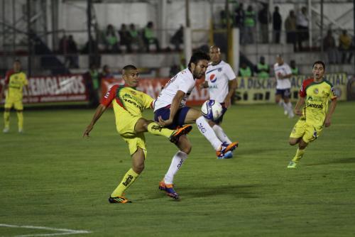 Noriega y Kamiani luchan por un balón en una de las jugadas de el miércoles por la noche en el Mario Camposeco. (Foto: Nuestro Diario)