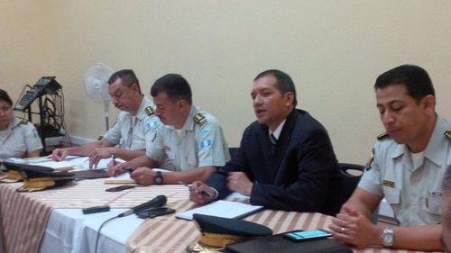 El Ministro de Gobernación Francisco Rivas durante la primera reunión con el director de la PNC y comisarios. (Foto: PNC)
