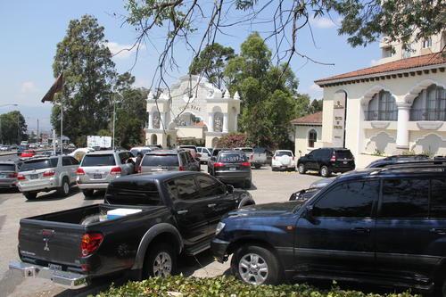 Varios carros con placa oficial fueron utilizados para el traslado de las personas que participaron en la reunión del Comité Ejecutivo del PP. (Foto:Luis Barrios/Soy502)