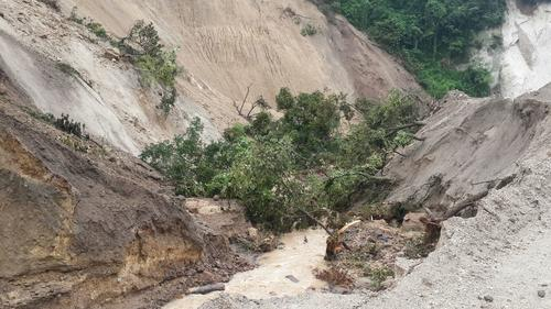 El deslave dejó grandes árboles que dificultaron la labor de búsqueda. (Foto: Sergio Cabañas/Conred)