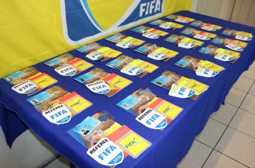 Estos son los gafetes FIFA  que fueron entregados a 21 árbitros guatemaltecos.  (Foto: Fedefutbol)