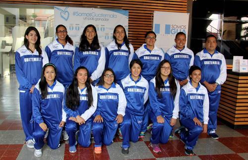 El entrenador, Omar Morales junto a las Seleccionadas luego de ser juramentadas en el Palacio de los Deportes. (Foto: CDAG)
