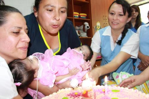 Las Rositas apagaron su primera velita acompañadas por las enfermeras que a diario las cuidan.
