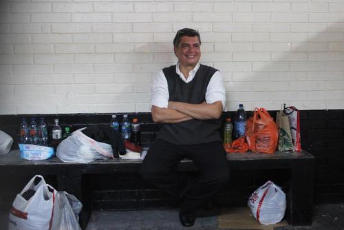 Aunque se ha quedado, Gustavo Martínez aún luce sonriente mientras se prepara para pasar su tercera noche en la carceleta de Torre de Tribunales. (Foto: Alejandro Balán/Soy502)