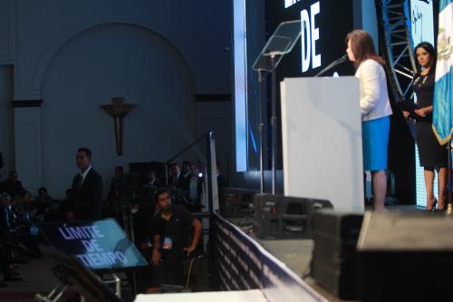 La candidata tenía una pantalla en la que se le anunció que ya había culminado el plazo para su exposición. (Foto Alejandro Balán/Soy502)