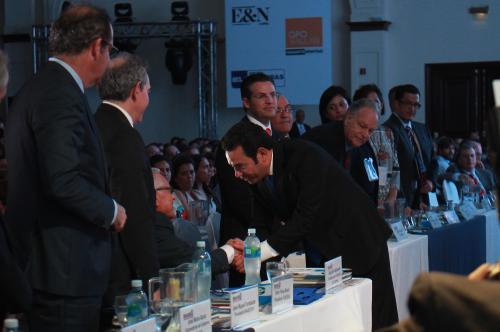 Ambos candidatos saludaron al presidente Alejandro Maldonado previo a su alocución. (Foto Alejandro Balán/Soy502)