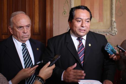 Los dos representantes de Faanguate presentaron su ofrecimiento este 30 de julio al TSE. (Foto Alejandro Balán/Soy502)