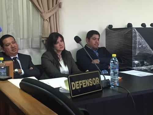 Liseth Pérez Leal escucha al MP durante la audiencia donde se confirmó que cinco de las 10 cuentas bancarias seguirán embargadas. (Foto: Evelyn de León/Soy502)
