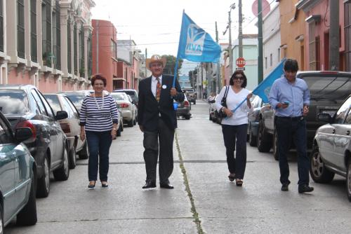 Algunos simpatizantes llegaron a acompañar a Zury Ríos cuando recibió sus credenciales como candidata. (Foto: Alejandro Balan/Soy502)