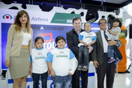 Representantes de Banco Azteca y Asociación Para Todos, junto a niños beneficiados de dicha asociación. (Foto: George Rojas/Soy502)